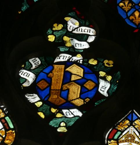 Le monogramme K de Charles VI, associé aux rameaux de genêt et au mot EN BIEN. Vitraux de la chapelle du Rosaire de la cathédrale d'Evreux, baie 15 (entre 1387 et 1390). Photographie J.-Y.Cordier.