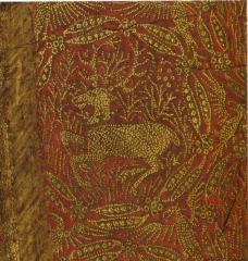 Etoffe brochée à la devise du cerf couché de Richard II, entouré du collier de l'ordre de la Cosse de Genêt. Détail du Diptyque Wilton. Londres, National Gallery, vers 1396.