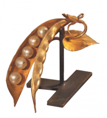 Broche à la cosse de genêt. Pièce provenant du trésor de la cathédrale de Barcelone. Probablement lié aux échanges de devises entre Charles VI et les rois d'Aragon.
