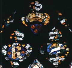 Partie haute du vitrail de la chapelle du Rosaire (baie 17) de la cathédrale d'Evreux. Le monogramme royal est associé aux armes,aux devises du cerf volant et du genêt et au mot EN BIEN (entre 1387et 1390).
