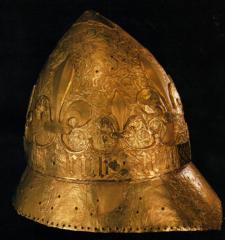 Casque de Charles VI reconstitué à partir des fragements découverts dans le puits du donjon du Louvre. Paris, Musée du Louvre.