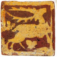 Carreau de pavement à engobe à la devise du cerf volant. Musée de Saint-Omer.