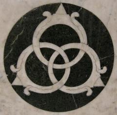 La devise des trois baguessur le décor du temple du Saint-Sépulcre de l'église Saint-Pancrace de Florence